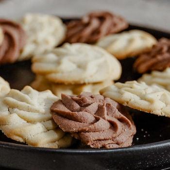 Un plateau de biscuits sablés.