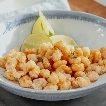 Un bol de crevettes popcorn et sauce au miel.