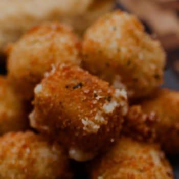 Des croquettes de fromage accomagnées d'une sauce au yogourt aux herbes.