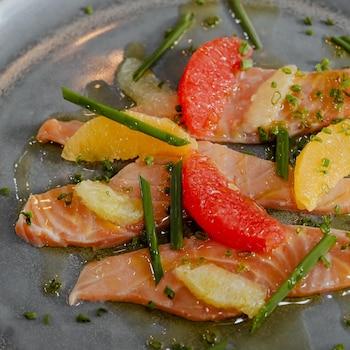 Une assiette de saumon mariné aux agrumes et à la ciboulette.