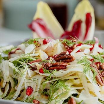Un bol de salade d'endives, de fenoui et d'orange.