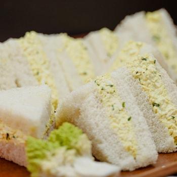 Une assiette composée de sandwichs avec de la salade « faux-œufs ».