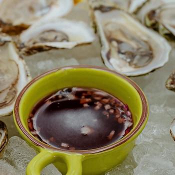 Sauce mignonnette classique pour les huîtres.