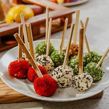 Des boules de fromages servies sur une assiette.