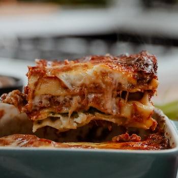 Un morceau de lasagne à la sauce bolognaise.