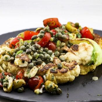 Du chou-fleur garni de câpres, tomates et olives.