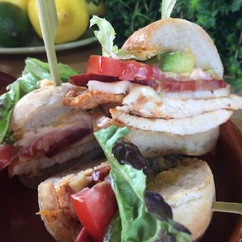 Gros plan sur trois sandwichs dans une assiette.