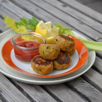 Boulettes de saumon grillées accompagnées de ketchup , de citron et de céleri.