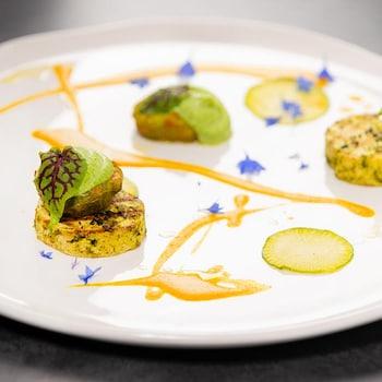 Une assiette avec des morceaux ronds de tofu et de la sauce coco cari.