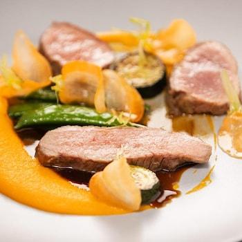 Des tranches de gigot d'agneau du Québec, accompagnées de purée de carottes et de courgettes.