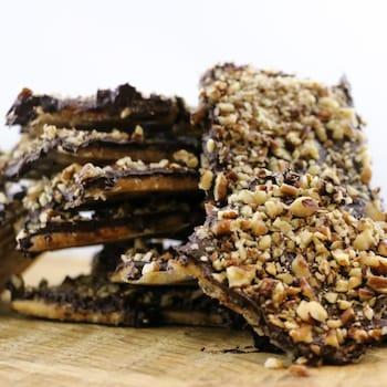 Des morceaux de biscuits au chocolat enrobés de graines.