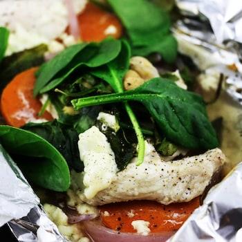 La papillote de papier d'aluminium est ouverte, laissant voir les aliments.