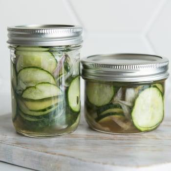 Des tranches de concombres dans des pots de verre.