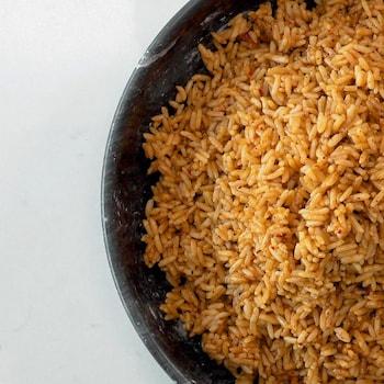 Un bol rempli de riz aux épices mexicaines.