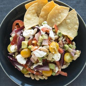 Un bol de salade mexicaine avec des croustilles de maïs.