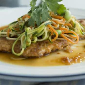 poulet pané recouvert de julienne de courgette et carotte, de coriandre et d'édamames.