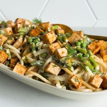 Une salade de pâtes aux légumes verts et tofu barbecue.
