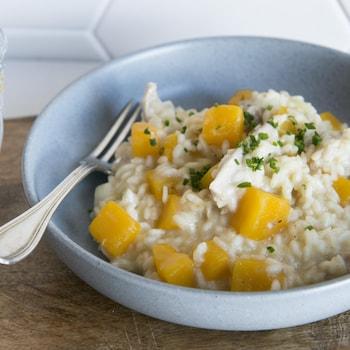 Un bol de risotto au poulet et à la courge.