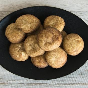 Une douzaine de biscuits sont amoncelés dans une assiette.