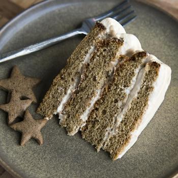 Une part de gâteau est dans une assiette.