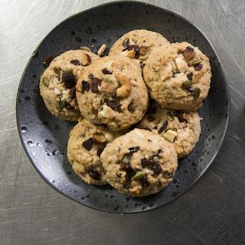 Les biscuits sont dans un bol.