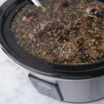 Le bouillon mijote dans une mijoteuse.