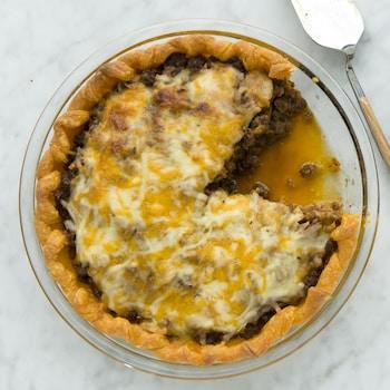 Un part du pâté est servie dans une assiette.