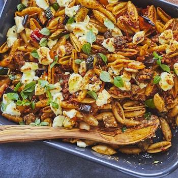 Une plaque avec des pâtes et des légumes.