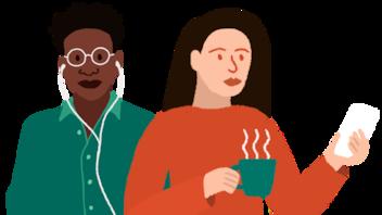 une femme prend son café en écoutant OHdio sur son ordinateur
