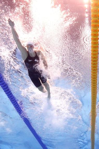 Vue des deux nageuses, depuis sous l'eau.