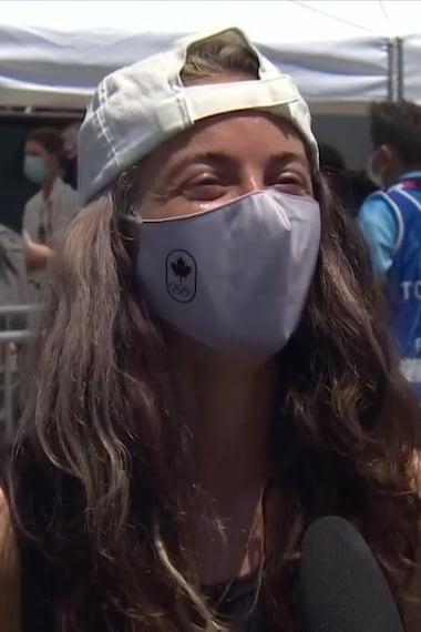 Annie Guglia, les yeux qui pétillent de joie portant un masque.