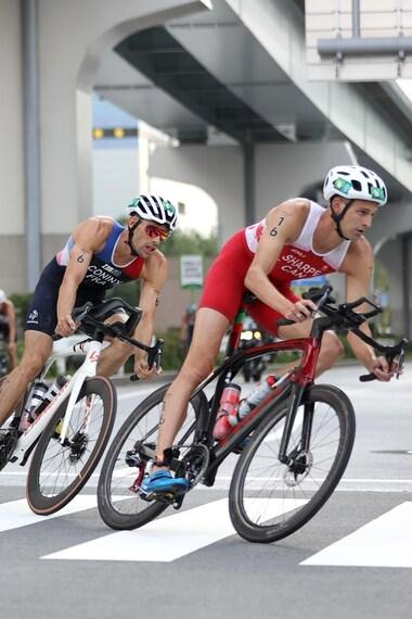 Des triathlètes font la course en vélo.