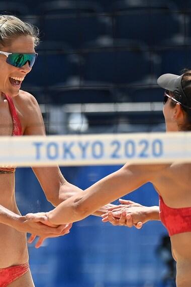 Les volleyeuses Sarah Pavan et Melissa Humana-Paredes célèbrent leur victoire.