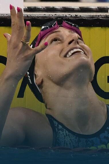 La nageuse regarde vers le haut en souriant.