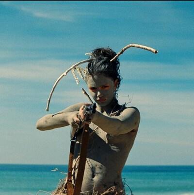 Image montrant l'actrice Noée Abita dans le rôle d'Ava, personnage principal du long métrage français « Ava ».