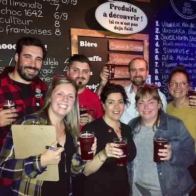 Sept co-créateurs de la bière La Chaîne lèvent leur bière