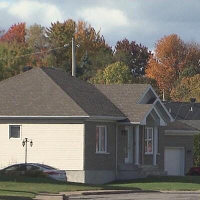 Quartier résidentiel à Trois-Rivières où l'on voit des maisons et des autos