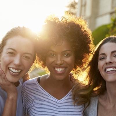 Les sites web de rencontre pour amies promettent de « trouver une amie sincère près de chez vous » à coup de photos de groupes de femmes riant aux éclats.