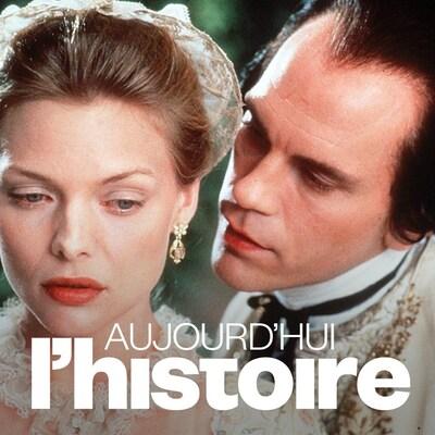 John Malkovich susurre à l'oreille de Michelle Pfeiffer dans Le film Les liaisons dangereuses (1988), de Stephen Frears. Au bas de l'image, on voit le logo de l'émission Aujourd'hui l'histoire.