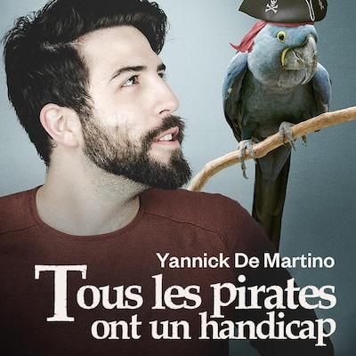 Yannick De Martino aux côtés d'un perroquet déguisé en pirate.