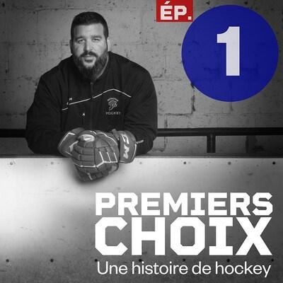 Le gardien de but est accoudé à une bande, gants de hockey aux mains.