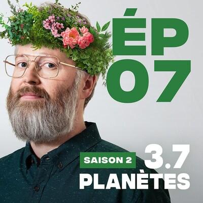 Présentation de l'épisode 07 de la saison 2 de 3.7 Planètes, avec François Bellefeuille, une couronne de feuilles et fleurs sur la tête.