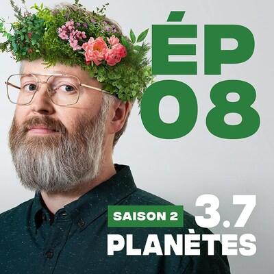 Présentation de l'épisode 08 de la saison 2 de 3.7 Planètes, avec François Bellefeuille, une couronne de feuilles et fleurs sur la tête.