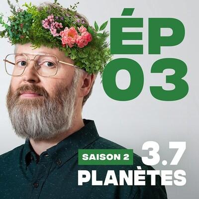 Présentation de l'épisode 03 de la saison 2 de 3.7 Planètes, avec François Bellefeuille, une couronne de feuilles et fleurs sur la tête.