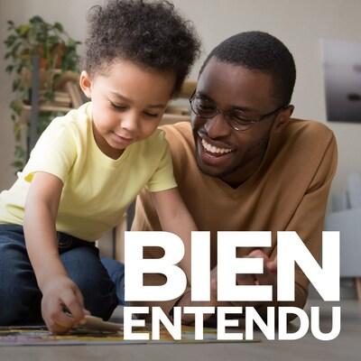 Un père et son enfant jouent à un jeu dans le salon.