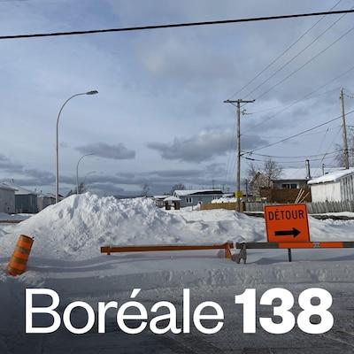Un barrage et un tas de neige empêchent d'entrer dans une rue de la communauté innue de Uashat.