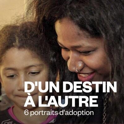 Photo cadrée sur les visages d'une mère qui pose avec sa fille.