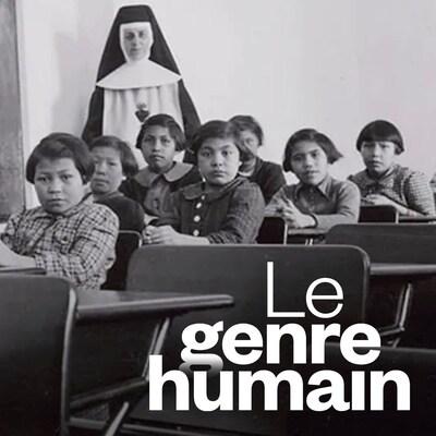 Un groupe d'étudiantes et une religieuse posent dans une salle de classe du pensionnat pour Autochtones de Cross Lake au Manitoba, sur une photo d'archive de février 1940.