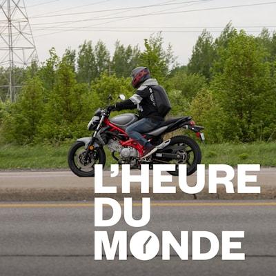 Un motocycliste roule sur la route.