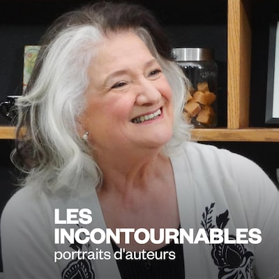 Portrait de l'invitée. Elle est assise et elle sourit.